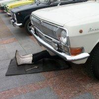 Это ж как надо любить машину, чтоб и в праздник под ней лежать) :: Галина Бобкина