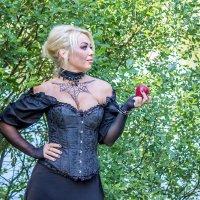 Блондинка с яблоком. :: Александр Лейкум