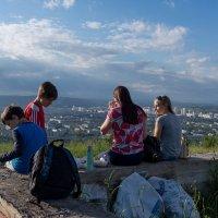 Подростки отдыхают после подъема на гору :: Валерий Михмель