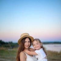 Мама и дочка после заката на Оке :: Дарья Дядькина