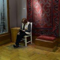 Смотрительница музея :: dindin