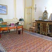 Стол с бронзовыми накладками в прежнем кабинете Посла. :: ИРЭН@ .