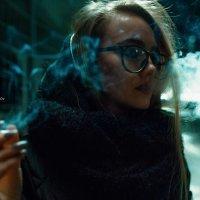 Девушка с сигаретой в руке в ночной Уфе :: Lenar Abdrakhmanov