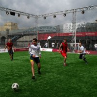 Желающие могут поиграть в футбол :: Сергей Золотавин