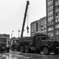 КрАЗы в городе :: Владимир Клещёв