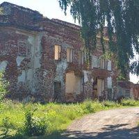Мимо...  разрушенного деревенского храма. Дорога идёт мимо. :: Михаил Полыгалов