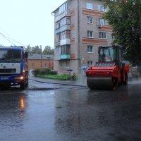 Дождь идёт - асфальт кладём :: Сергей Уткин