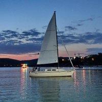 Яхта на озере Абрау :: Сергей