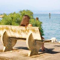 Девушка в знойный день на побережье озера Гарда :: Лира Цафф