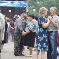 Танцуют пары, пары, пары… мотив знакомый, даже старый... :: Ирина Атаманская