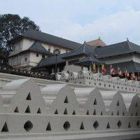 Храм Зуба Будды – бывший королевский дворец, а ныне – храм монахов-буддистов. :: ИРЭН@ Комарова