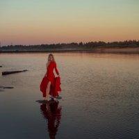 Красное платье, красный закат :: Женя Рыжов