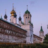 Стены Яковлевского монастыри на розовом закате :: Георгий