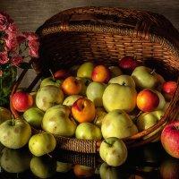 Натюрморт с яблоками. (про уходящее лето...) :: Сергей В. Комаров