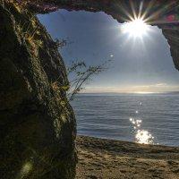 на мысе Песчанная изнутри пещеры :: Георгий