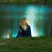 Девушка с собакой на берегу :: Николай