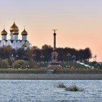 Холодный осенний закат в Ярославле :: Татьяна Каневская