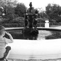 Мальчик и фонтан :: Елена