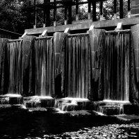 Мини водопад в чернобелом :: Яков Геллер