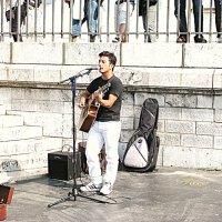 Париж. Уличный музыкант на Монмартр. :: Владимир Драгунский