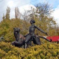 Скульптура Маугли возле зоопарка :: Татьяна Ларионова