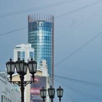 Фонари и высотка. Вид с улицы Вайнера. :: Михаил Полыгалов