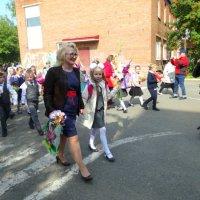Лиза с учительницей после линейки торжественной в класс идут. :: Елизавета Успенская