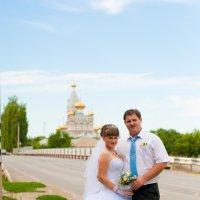 на фоне Свято-Троицкого Храма :: Katya Briz