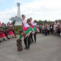 Танец у стэллы Новосибирска :: Наталья Золотых-Сибирская