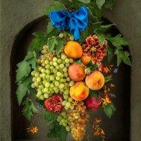 Гирлянда из фруктов и цветов в нише :: Светлана Л.