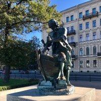 Царь-плотник - памятник Петру I, установленный на Адмиралтейской набережной :: Galina Leskova