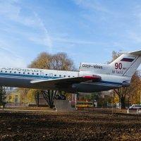 Як - 42 на постаменте :: Милешкин Владимир Алексеевич