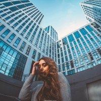 Девушка с длинными волосами на фоне высокого здания в Уфе :: Lenar Abdrakhmanov