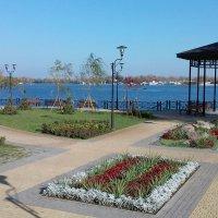 """В прекрасном прибрежном парке """"Наталка"""" прогуливаются даже скульптуры :: Тамара Бедай"""