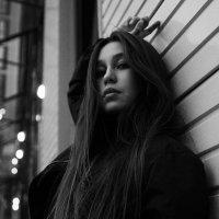 Черно-белый портрет красивой девушки на фоне высокого здания в Уфе :: Lenar Abdrakhmanov