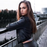 Красивая девушка в кожаной куртке с длинными волосами на фоне города :: Lenar Abdrakhmanov