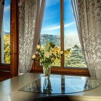 Интерьер с видом на горы, роялем и розами :: Юрий Яловенко
