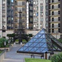 Париж во дворе. :: юрий