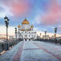 Голубые облака над Храмом Христа Спасителя :: Юлия Батурина