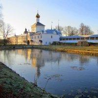 Монастырский пруд, на заднем плане церковь Николая Чудотворца :: ИРЭН@ .