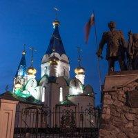 Церковь и памятник :: Роман Синельников