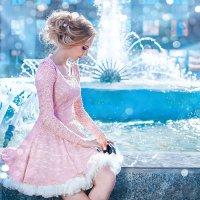 Девушка у фонтана :: Елена Оберник