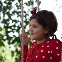 Девочка на качелях :: Наталья Нефедева