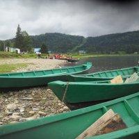 А эти лодки стоят на приколе в сторонке...Пришло время катамаранов! :: Татьяна Шипилова