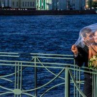 Случайная свадебная пара на улице Питера :: Denis Noskov