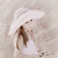 Девочка в шляпке 2 :: Наталья Савонова