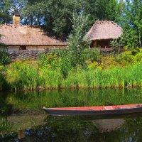 Озеро возле дома :: Ростислав