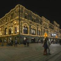 Здание ГУМа со стороны Никольской  улицы вечером :: Виктор Тараканов