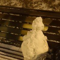 Сидел на лавочке в ночи снеговичок... :: Galina194701