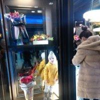 Маленькая цветочница или пока мама занята... :-) :: Ольга Винницкая (Olenka)